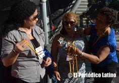 Correspondió a la dirigente dominicana Reyna Sosa hacer entrega de la medalla de reconocimiento a la presidenta de ACEDICAR Sonia Pallo por su dedicada labor durante años para ayudar a los necesitados.