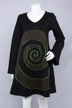Sort A-kjole med lange ærmer og grøn spiral.