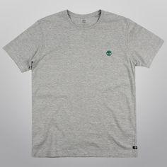 A Camiseta Timberland Worn Logo é básica e versátil, ótima companheira para momentos de aventura e descontração, assim como momentos casuais.