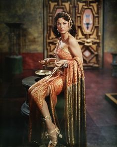 Edith Head ou l'invention du glamour d'Hollywood Golden Age Of Hollywood, Vintage Hollywood, Hollywood Glamour, Hollywood Stars, Classic Hollywood, Classic Actresses, Classic Movies, Elizabeth Taylor, Biography Film