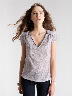 Damen-Bluse mit eingefasstem Saum BEIGE/ETHNO-MUSTER+MARINE/BLUMEN-MUSTER