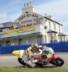 Guy Martin battling to second place in the opening Relentless Supersport race of TT 2009 Cafe Racer Motorcycle, Racing Motorcycles, Guy Martin, Vw Camper, Campers, Supersport, Moto Guzzi, Super Bikes, Road Racing