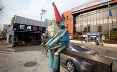 The Moon Robot captures the eyes of passersby along the ironworks street in Mullae-dong. || South KOREA - Seoul - ART : Mullae Artist Village ( 문래창작촌 | mun-lae-chang-jak-chon) || next to Sheraton D Cube City || more photos : https://www.flickr.com/photos/seoulkorea/albums/72157664470232273