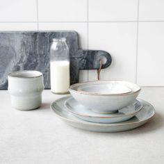 Überrasche Deine Lieben doch mal mit neuem Geschirr am Frühstückstisch. z.B. mit dem handmade Steingut von House Doctor.