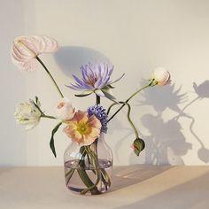 De selvplukkede blomstene gjør seg godt i Silent vase fra @muutodesign  Designet av norske @andreasengesvik  #norwaydesigns #norskdesign #sommer #muuto #andreasengesvik