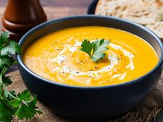 In autumn, squash, pumpkin and many other vegetables that ripen at this time are readily available and at their peak to eat! Get cozy and ground down with this vegetarian coconut curry pumpkin soup that is perfect for autumn. Vegan Butternut Squash Soup, Carrot Soup, Sopa Detox, Cooking Chicken To Shred, Cheap Easy Meals, Coconut Curry, Coconut Soup, Coconut Milk, Health Desserts