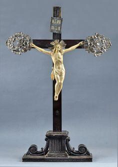 Crucifijo europeo de ébano con peana, Cristo de marfil, lleva cantoneras de plata cincelada.