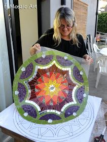 Viajamos a Chascomús para colocar el mandala que nuestra alumna, María Luisa, había desarrollado en clases privadas en el estudio. A pesar. Stone Mosaic, Mosaic Glass, Stained Glass, Glass Art, Mosaic Wall Art, Tile Art, Mosaic Tiles, Mosaics, Tiling