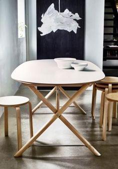 Dette DALSHULT bord gi'r rummet et roligt og moderne udtryk. Benene er lavet af massiv birk og overfladen af melamin, som gør det nemt at gøre rent. Den perfekte kombination af flot design og holdbarhed.