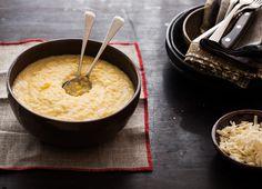 Canjiquinha cremosa com queijo meia-cura | #ReceitaPanelinha: Está enganado quem pensa que quirera de milho é só comida de galinha. Também chamada de canjiquinha, este prato é um clássico da culinária brasileira – e o acompanhamento perfeito para quem gosta de variar o cardápio.