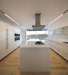 House in Ovar, Portugal. Diseño moderno de cocina en blanco. Espaciosa con mucha luz y vistas.