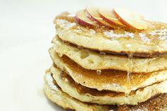 I pancakes alle mele sono delle frittelle di pasta dolce, sono una variante della ricetta americana e prevedono l'utilizzo di farina, uova, burro. Quella dei pancakes è una ricetta tipicamente americana e oggi vi insegniamo a cucinarli con le mele che li renderanno ancora più buoni
