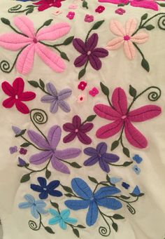 Fb Mariana Bordados - Bordado a mano con Lana Embroidery Store, Machine Embroidery Patterns, Hand Embroidery Designs, Vintage Embroidery, Floral Embroidery, Butterfly Quilt, Mexican Embroidery, Heart Pillow, Flower Pillow