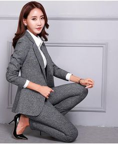 business attire for women Business Formal Women, Business Outfits Women, Office Outfits Women, Business Casual Attire, Business Chic, Woman Outfits, Business Fashion Professional, Poses Modelo, Pantsuits For Women