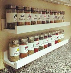 Na bancada da cozinha, instale prateleiras para acomodar os temperos - Ademilar