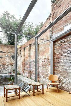 regardsetmaisons: Entre brique et verre , une agence d'architectes