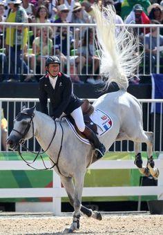 Allez hopp! Philippe Rozier und sein Pferd Rahotep De Toscane springen Richtung...