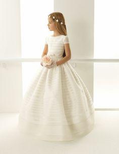 Este vestido es bastante simple y angelical. Tiene rayas semi transparentes en la campana. (Foto: Pinterest)