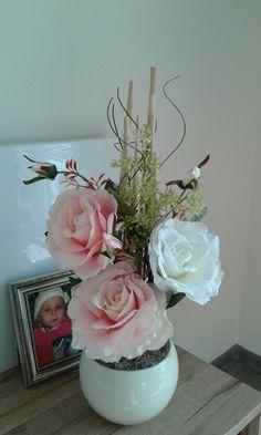 Růže...+Vysoká+dekorace+s+růžemi.+Výška+dekorace+56cm,délka+27cm,šířka+24cm.+Kulatá+keramická+váza+má+sv.+béžovou+barvu. Valentin Nap, Flower Arrangements Simple, Flowers, Table, Home Decor, March, Decoration Home, Room Decor, Easy Flower Arrangements