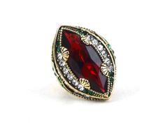 Anel Rubi, metal dourado com pedra no tom vermelho e cristais branco e verde. Inspirado nas joias da realeza.