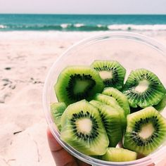 Who doesnt love kiwi? lifestyle fruit beach summer healthy fitblr eat well gree… Who doesnt love kiwi? I Love Food, Good Food, Yummy Food, Tasty, Healthy Snacks, Healthy Eating, Healthy Recipes, Nutritious Meals, Yummy Recipes