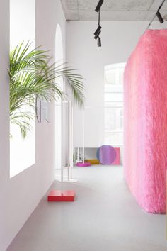 The news of the week of February 26, 2018 | Eduard Eremchuk, the Likeshop Showroom, Russia | retail store | fashion showroom | Russian designer | Russian interior design | Russian store | new store 2018 | pink interior | pink box | colorful interior | yellow interior | iridescent mirror | iridescent glass | colored glass | white walls | fury pink walls | creative showroom | bright showroom | new fashion brand | ready-to-wear store | interior design trends | 2018 interior trends | 2018…