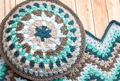 Free Round Granny Crochet Pillow Pattern ... an easy way to add a splash of color to your decor and great for using up yarn scraps too! ✿⊱╮Teresa Restegui http://www.pinterest.com/teretegui/✿⊱╮