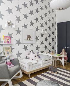 On aime le contraste papier peint étoilé et sol rayé par la marque SISSY + MARLEY. http://sissyandmarley.com