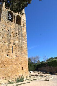 Torre campanario románica de estilo lombardo del siglo XII, junto a la Necróplois medieval.  Sant Esteve de Canapost. Canapost. Girona