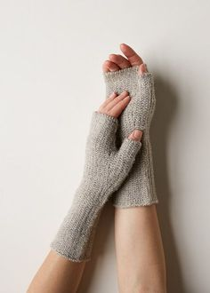 Slip Stitch Hand Warmers Free Knitting Pattern By Purl Soho & gleitstich-handwärmer free knitting pattern von purl soho & modèle de tricot gratuit de chauffe-mains à point coulissant par purl soho Knitted Mittens Pattern, Knit Vest Pattern, Knit Mittens, Slip Stitch Knitting, Lace Knitting, Knitting Socks, Knit Stitches, Fingerless Gloves Knitted, Crochet Gloves