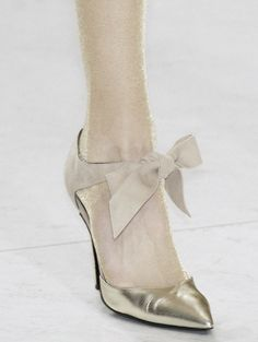 Gold shoes with a suede bow. (from valentino) Fab Shoes, Me Too Shoes, Bridal Shoes, Wedding Shoes, Wedding Dresses, Shoes Valentino, Moda Casual, Shoe Gallery, Beautiful Shoes