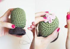 Hoy osenseño a hacer un cactus amigurumi paso a paso apto para cualquier principiante. Si sabes hacer un anillo mágico, puntos bajos, aumentos y disminuciones te va a ser muy fácil tejerlo. Os voy…