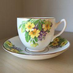 Duquesa amarillo y taza Vintage flor morada y Saucer, taza de té Floral y platillo, Inglés China, Tea Party