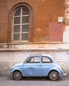 Le cliché italien par excellence mais je les aime tellement ces clichés  (elle aurait été rouge ça aurait été encore mieux)  So Italy right ? I love clichés (a red fiat 500 would have been even better)  #rome #italie #vetcinrome