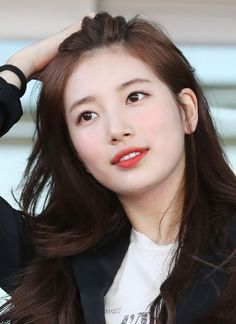 Into Korean beauty? Here's everything you need to know about essences, an essential step in a Korean skin care routine. Bae Suzy, Korean Beauty, Asian Beauty, Natural Beauty, Korean Couple Photoshoot, Black Pink ジス, Beautiful Hijab, Beautiful Women, Korean Actresses