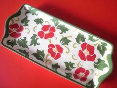 """Petisqueira de cerâmica Pintada a mão <br> <br>Petisqueira produzido e pintado artesanalmente, esmaltado e queimado a 1000ºC, em forno elétrico. ( Vermelho, verde ) <br>Medidas: 13 x 27 x 2. <br>*Pode ser usada com peça de decoração ou utilitário. <br>* É uma ótima opção de presente para qualquer ocasião '' Fica a dica """" <br> <br>Pronta entrega, consulte a disponibilidade do produto por meio de mensagem <br> <br>*Sob encomenda a peça pode ser feita em outra cor, tempo estimado para produção…"""