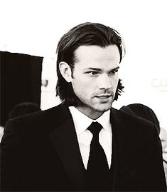 A hair flip, an ear tuck and a chin touch!? (gif) #JaredPadalecki