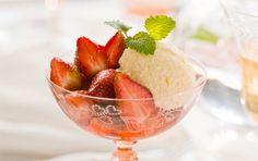 Hyldeblomstmousse med jordbær Fantastisk mousse som intensiverer sommerbærs smag. Et frisk alternativ til flødeskum.