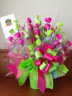 A GIRL AND A BOY :) - Una niña y un niño? Entonces este es el Candy Bouquet perfecto para un baby shower de mellizos. A girl and a boy? Then this is the perfect Candy Bouquet for a twins baby shower or newborn gift. Candy Bouquet Diy, Lollipop Bouquet, Gift Bouquet, Valentine Baskets, Valentine Gifts, Craft Gifts, Diy Gifts, Homemade Gifts, Chocolate Flowers Bouquet