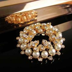 Prendedor Broche Mujer  Brillante Accesorio Elegante con Perlas y Murano Ornament Wreath, Ornaments, Wreaths, Decor, Glow, Pearls, Elegant, Accessories, Women