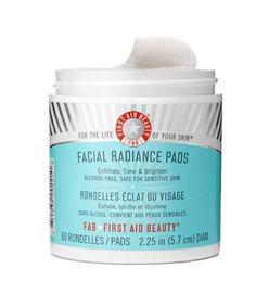 Deze First Aid Beauty Facial Radiance Pads zijn ideaal voor een dagelijkse milde gezicht- en bodypeeling. Geschikt voor alle huidtypes, zelfs voor de meest gevoelige. Ze zorgen voor vernieuwing van de huid door de zuiverheid van de huid te verbeteren waarbij zichtbare poriën worden verminderd. Tevens verminderen ze de verschijning van fijne lijntjes. De Facial Radiance Pads bevatten de perfecte hoeveelheid melkzuur en glycolzuur, zodat ze veilig en effectief zijn voor dagelijks gebruik…