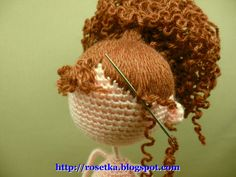 Crocheted doll with lovely hair - free pattern in Russian . Pour la technique des cheveux !