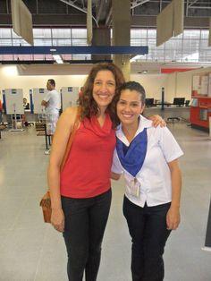 """A atriz Renata Augusto, a Dinalda da novela """"Haja Coração"""" da Rede Globo, foi ao Poupatempo Cidade Ademar renovar a CNH. Na foto, ela aparece ao lado da funcionária Sueli Duarte."""
