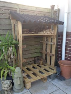 Pallet log store Old Wood Projects, Pallet Projects, Pallet Ideas, Fun Projects, Backyard Patio Designs, Backyard Ideas, Building A Wood Shed, Old Fence Boards, Log Store