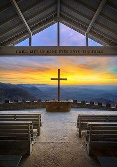 Capela nas montanhas Blue Ridge em South Carolina.  Levantarei os meus olhos para os montes.