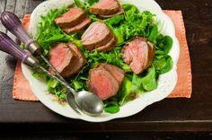 Rosbife com salada de verdes e molho de tangerina