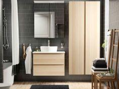 Ein Badezimmer mit GODMORGON/ALDERN Waschbeckenschrank und Aufsatzwaschbecken Eiche weiß lasiert/weiß, einem Spiegelschrank und einem Hochschrank