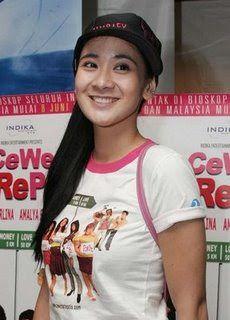 """ndah Pelapory artis multitalenta yang pintar berbahasa inggris ini lahir di Jakarta, 25 April 1987 adalah aktris indonesia. Debutnya di dinua seni peran dimulai ketika membintangi sebuah film layar lebar berjudul """"Rumah Pondok Indah"""" di tahun 2006. tidak hanya itu, di tahun sama Pemilik nama Lengkap Kartika Indah Pelapory juga membintangi 2 film diantaranya """"Lentera Merah"""" yang bermain bersama """"Laudya Chintya Bella"""" dan """"Cewe Matrepolis"""". Di film """"Cewe Matrepolis"""","""