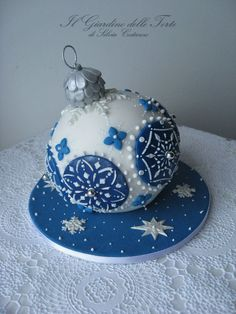Christmas bauble cake