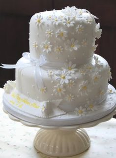 This fresh, pretty daisy cake was made to celebrate the joint christening of two sisters, Celine Rose and Ffion Mair, which took place to. Daisy Wedding Cakes, Daisy Cakes, Gorgeous Cakes, Pretty Cakes, Christening Cake Girls, Patisserie Fine, Communion Cakes, Girl Cakes, Celebration Cakes